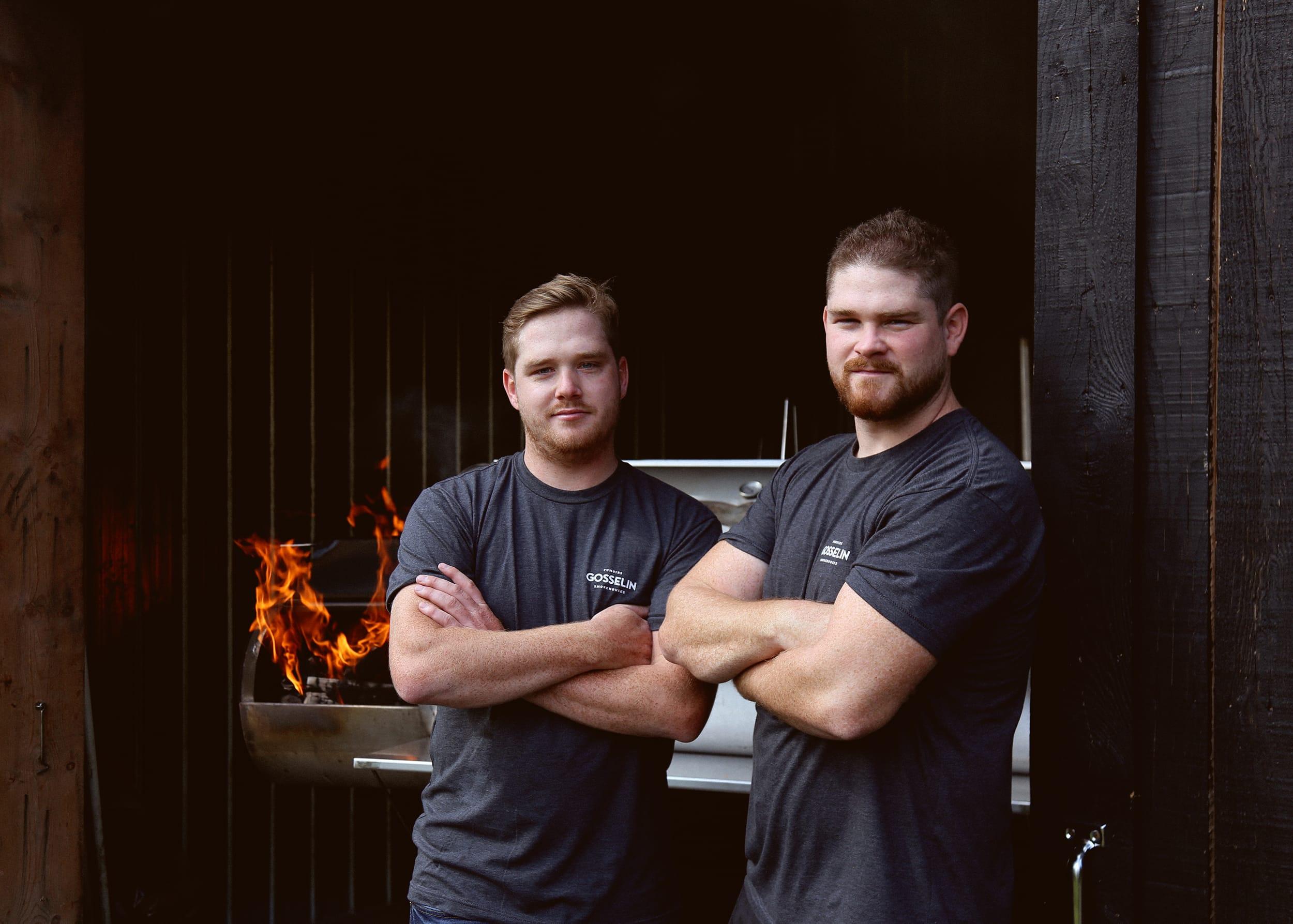 Les deux frères Gosselin posant devant un fumoir