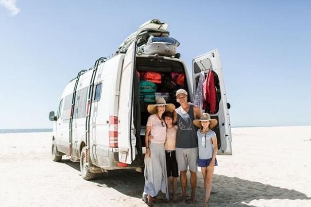 Mélanie accompagnée de sa famille posant devant leur van