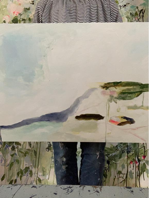 Marie-Claude Lord tient sa peinture devant elle.