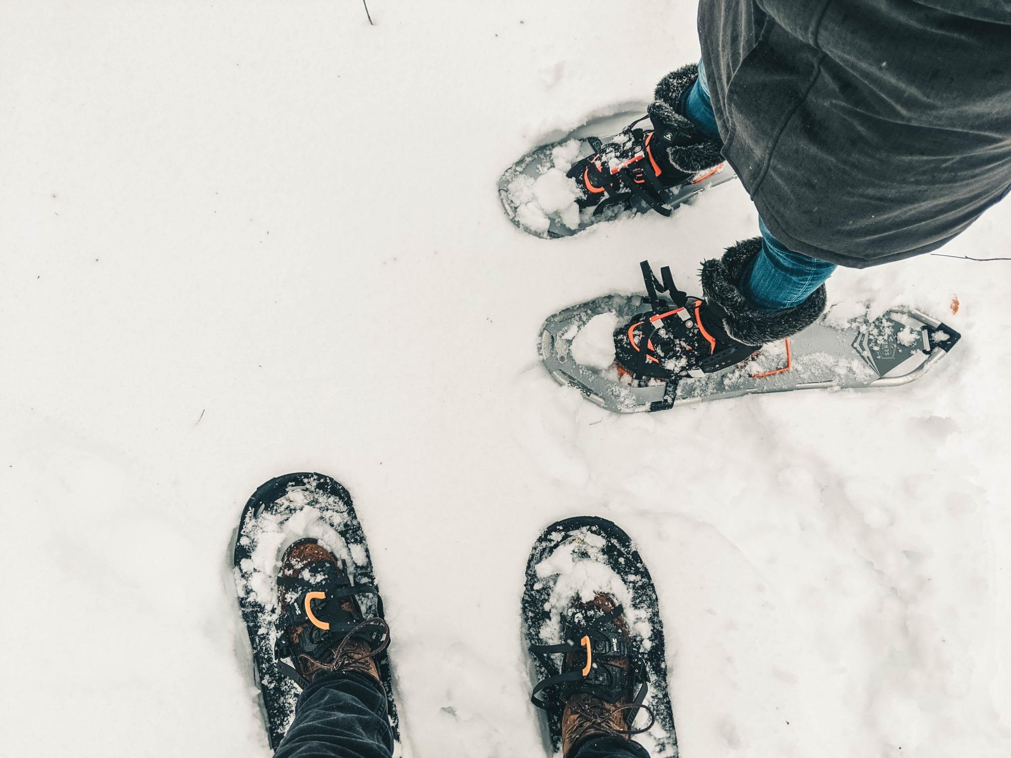 Vu de haut de deux personnes en raquettes de neige