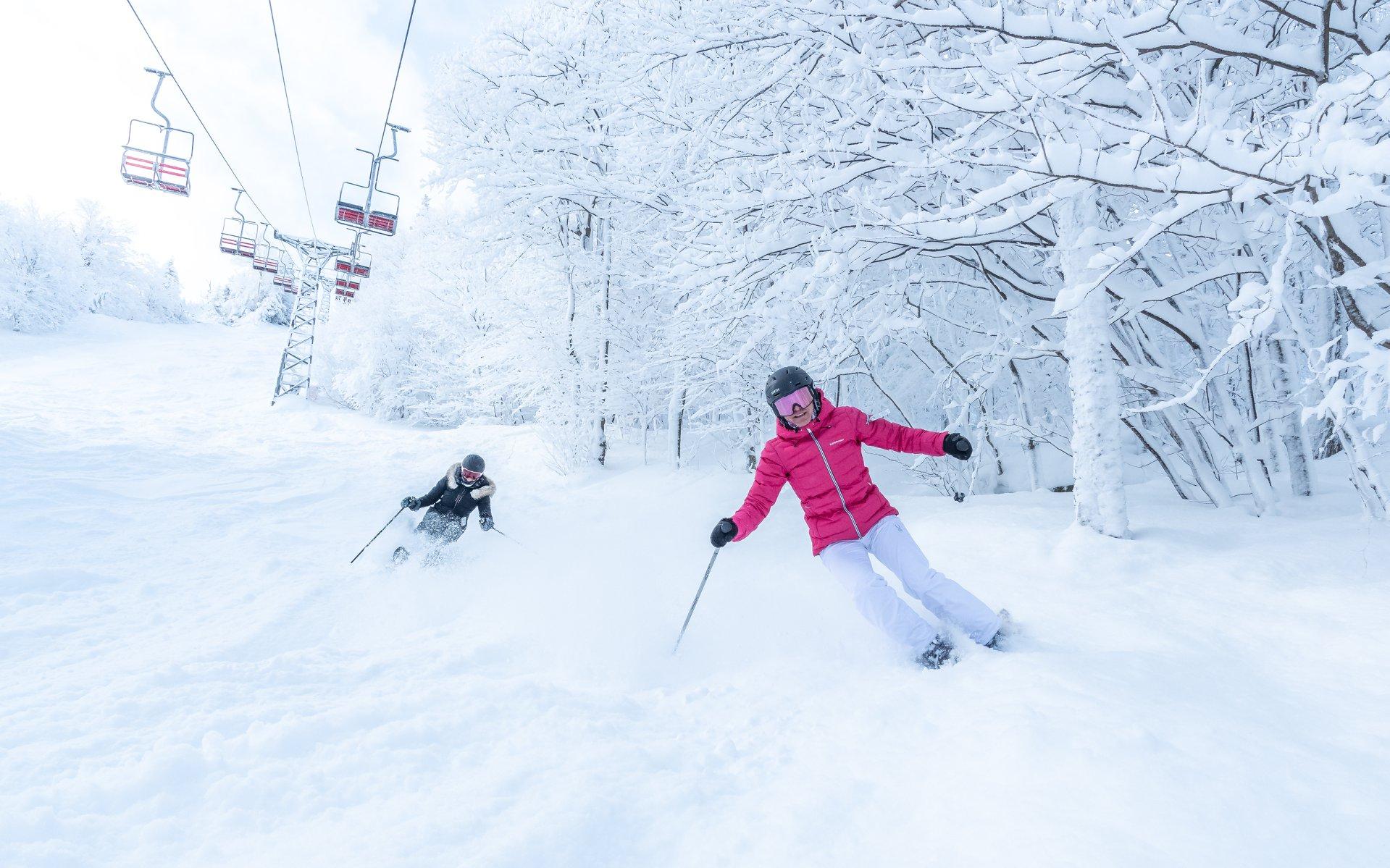 Skieurs dévalant les pistes enneigées au Mont Sutton