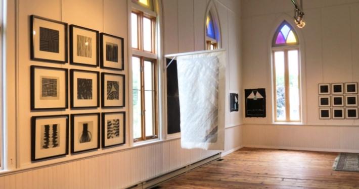 La Galerie Arts Plus vue de l'intérieur lors d'un vernissage